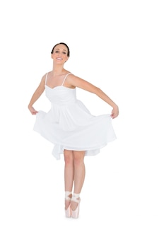 Sorridente jovem bailarin isolado