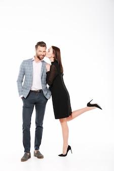 Sorridente jovem casal apaixonado em pé isolado