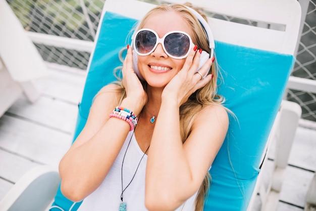 Sorridente jovem com fones de ouvido