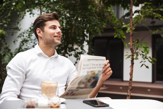 Sorridente jovem empresário vestido de camisa