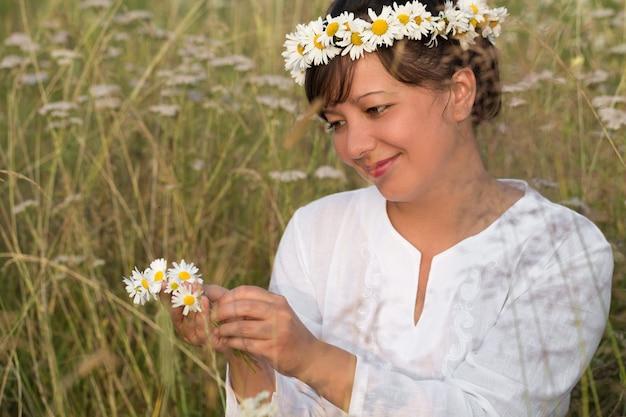 Sorridente jovem faz diadema daisy