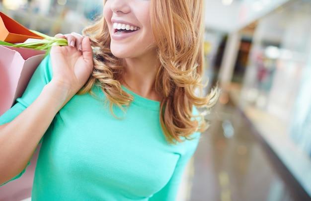 Sorridente jovem mulher com pullover azul