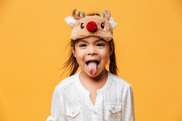 Sorridente menina mostrando a língua.