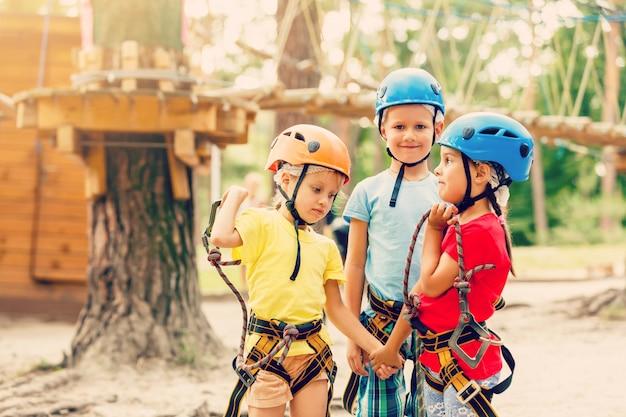Sorridente menino e menina brincando quando se diverte fazendo atividades ao ar livre. infância feliz