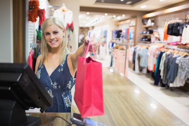 Sorridente, mulher, segurando, shopping, saco