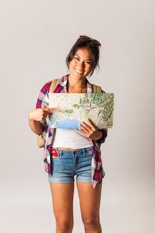 Sorridente turista segurando mapa