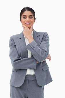 Sorridente vendedora em pensadores pose