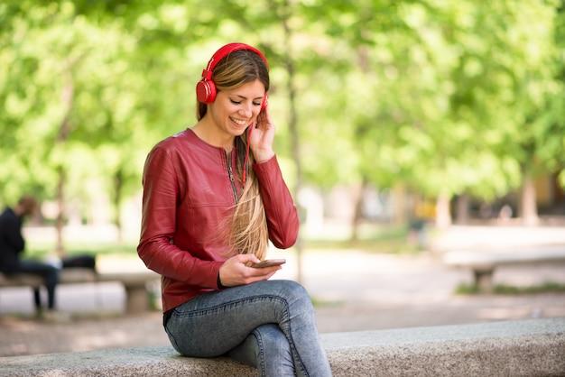 Sorrindo, adolescente, escutar música, de, telefone