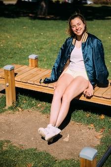 Sorrindo, adolescente, sentando, em, parque