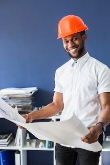 Sorrindo, africano, arquiteta, segurando, blueprint