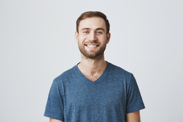 Sorrindo alegre barbudo cara de camiseta