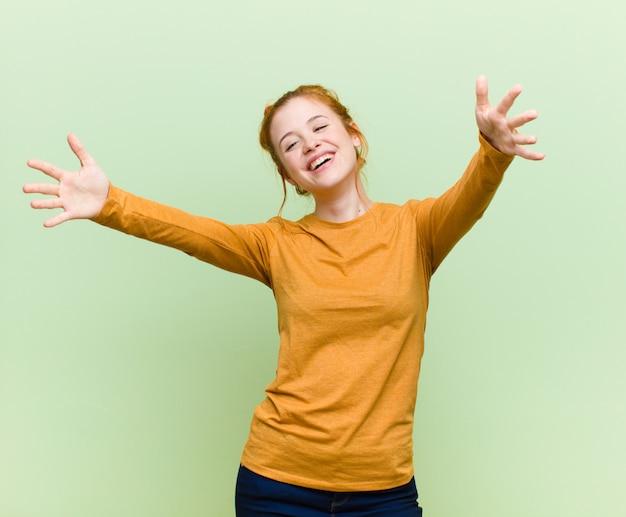 Sorrindo alegremente, dando um abraço caloroso, amigável e amoroso, sentindo-se feliz e adorável
