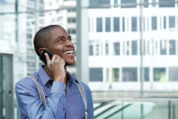 Sorrindo, americano africano, homem negócios, usando, cellphone