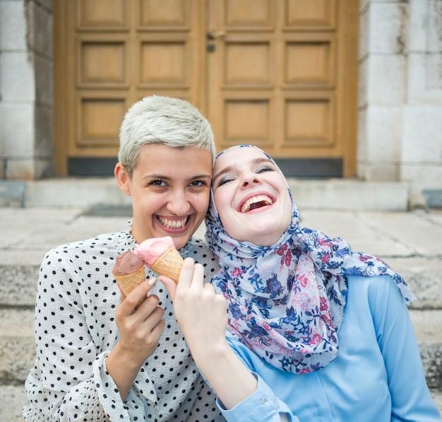Sorrindo, amigos, comendo sorvete