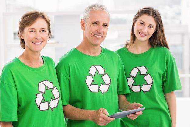 Sorrindo amigos ecológicos com tablet