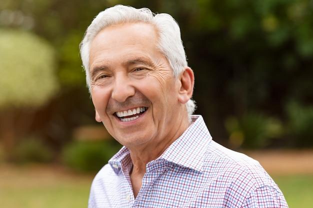 Sorrindo aposentado homem sênior