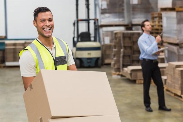 Sorrindo, armazém, trabalhador, em movimento, caixas, ligado, bonde