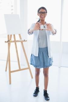 Sorrindo artista atraente que tira foto