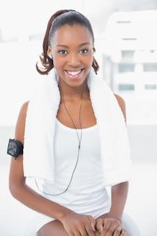 Sorrindo, atlético, mulher, escutar música