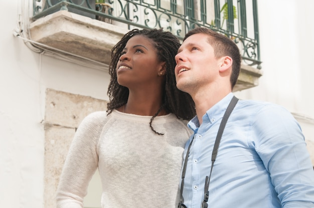 Sorrindo, atraente, par interracial, sightseeing, ao ar livre