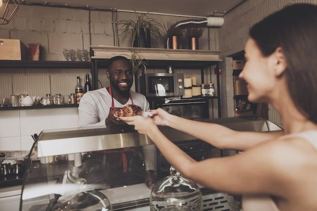 Sorrindo, barista, homem, dá, um, menina, dela, ordem