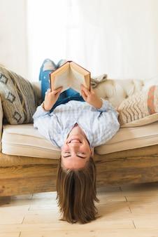 Sorrindo, cabeça baixo, mulher segura, livro hardcover