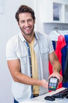 Sorrindo, caixa, mostrando, crédito, leitor cartão