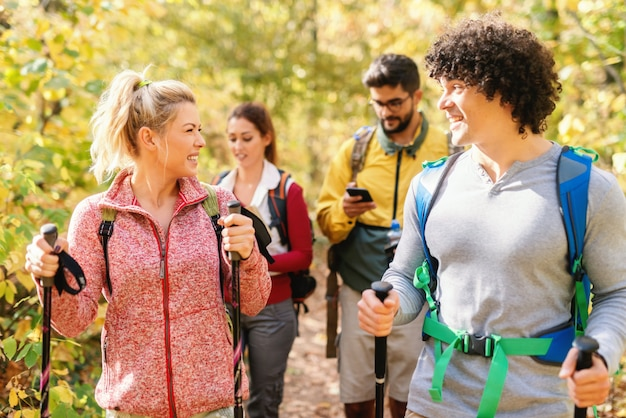 Sorrindo caminhantes andando pela floresta no outono e explorar. tempo de outono.