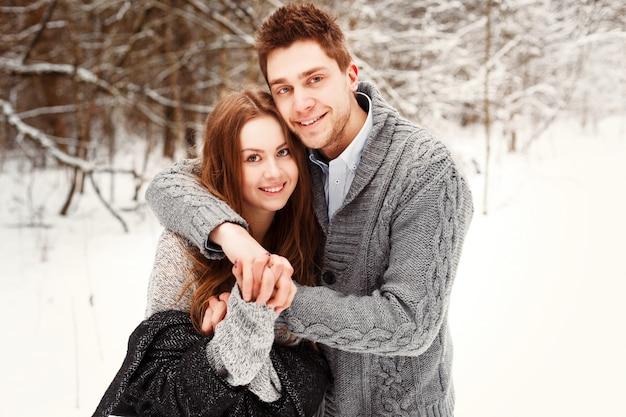 Sorrindo casal se divertindo no inverno