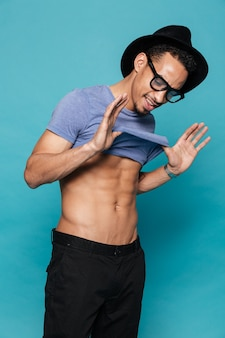 Sorrindo casual homem afro-americano, demonstrando seu abs sexy