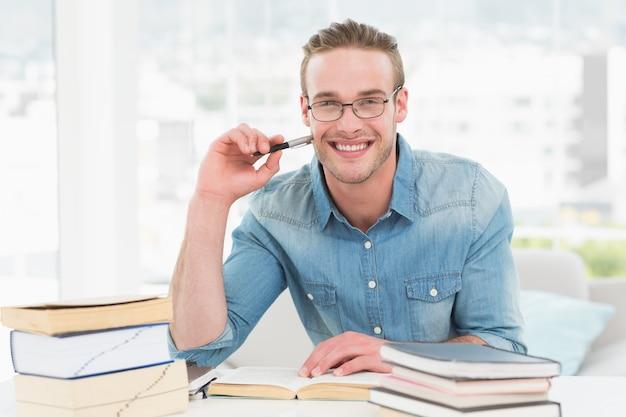 Sorrindo, casual, homem negócios, estudar, em, seu, escrivaninha