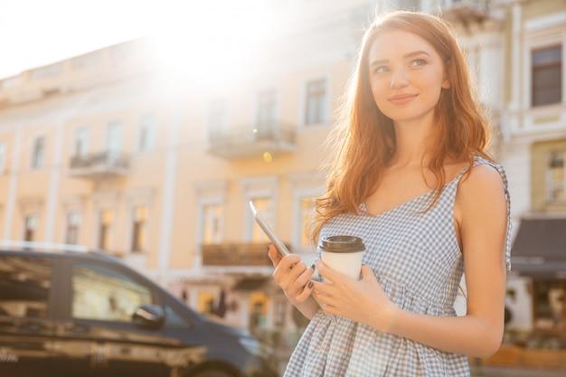 Sorrindo casual menina segurando pc tablet e café