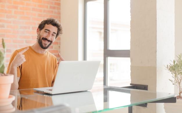 Sorrindo com confiança apontando para o próprio sorriso largo positivo, relaxado, atitude satisfeita