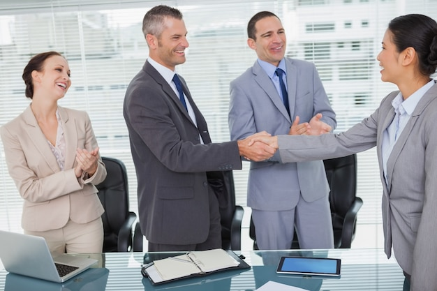 Sorrindo companheiros de trabalho futuros apertando as mãos