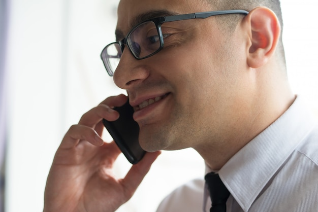 Sorrindo, confiante, homem negócios, conversa, sócio