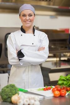 Sorrindo, cozinheiro, dobrando, dela, braços, ao lado, legumes