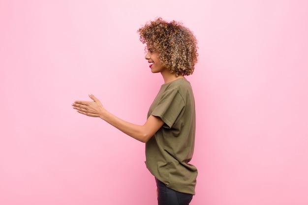 Sorrindo, cumprimentando-o e oferecendo um aperto de mão para fechar um negócio bem-sucedido, conceito de cooperação