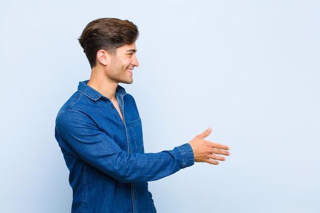 Sorrindo, cumprimentando você e oferecendo um aperto de mão para fechar um negócio de sucesso, conceito de cooperação