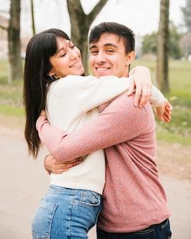 Sorrindo, cute, par abraçando, parque