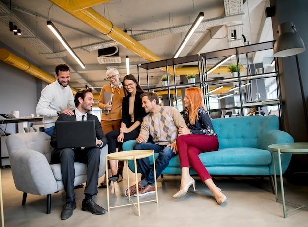 Sorrindo diversos empresários falando em um escritório