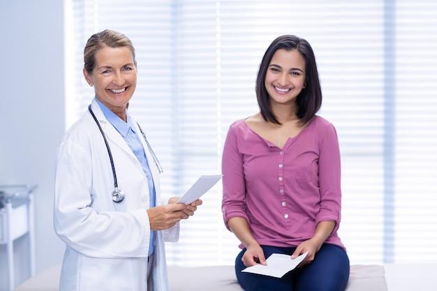 Sorrindo doutor e paciente na clínica