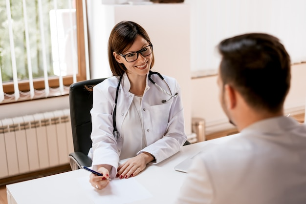 Sorrindo doutor feminino com o paciente. conceito de cuidados de saúde e profissionalismo.