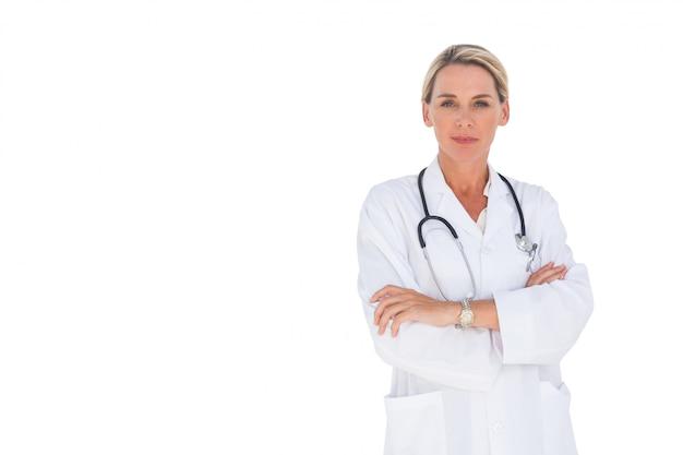 Sorrindo, doutor mulher, com, braços cruzaram