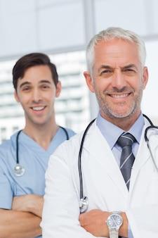 Sorrindo, doutores, com, braços cruzaram