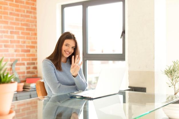 Sorrindo e a mulher parecendo amigável, mostrando o número quatro ou quarto com a mão para a frente, em contagem regressiva