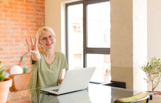 Sorrindo e a mulher parecendo amigável, mostrando o número três ou terceiro com a mão para a frente, em contagem regressiva