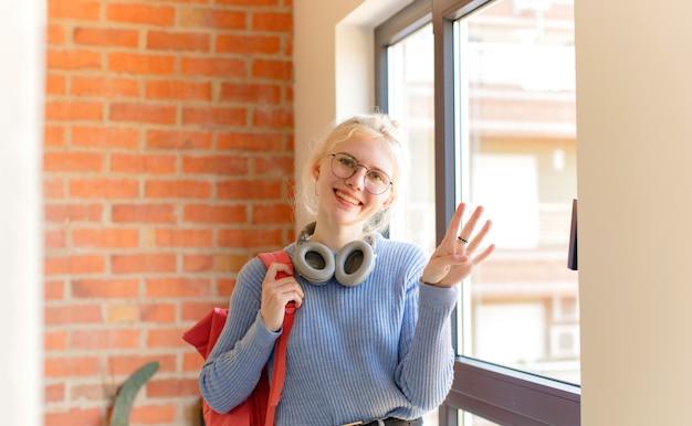 Sorrindo e parecendo amigável, mostrando o número quatro ou quarto com a mão para a frente, em contagem regressiva