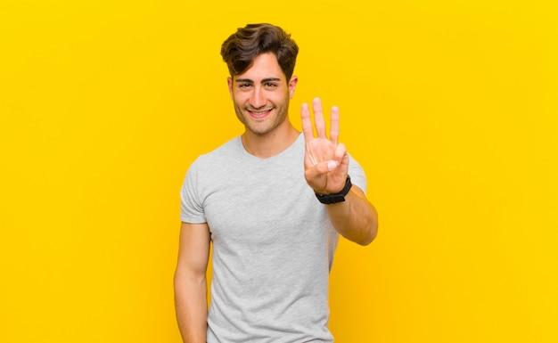 Sorrindo e parecendo amigável, mostrando o número três ou o terceiro com a mão para a frente, contando