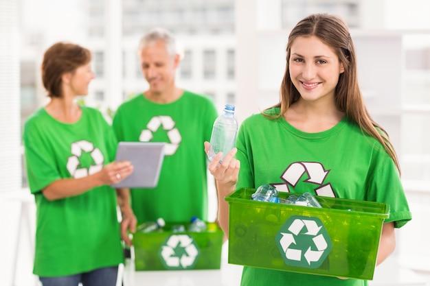 Sorrindo, eco-minded, mulher segura, reciclagem, caixa