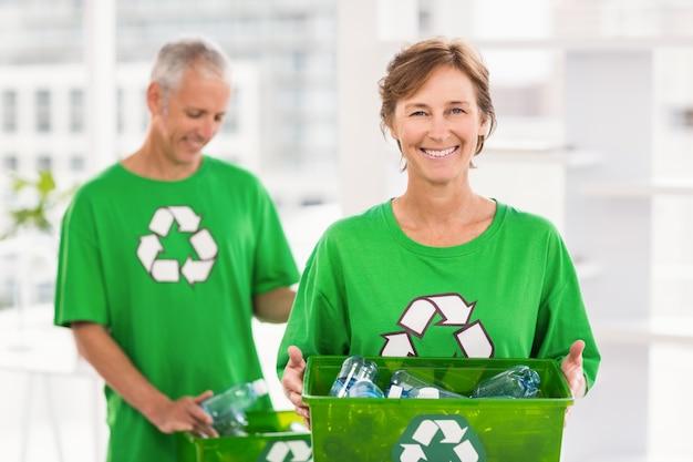 Sorrindo, eco-minded, mulher, segurando, reciclagem, caixa